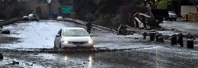 Inondazioni e frane, California in ginocchio: almeno 13 morti