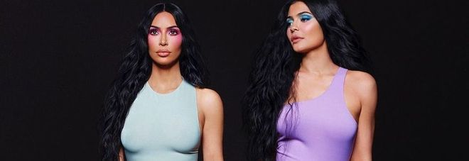 Kim Kardashian posa insieme a Kylie Jenner, ma i fan notano un dettaglio: «Hai esagerato con Photoshop»