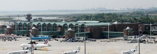 Tenta il suicidio lanciandosi dalle cisterne in aeroporto: 43enne è grave