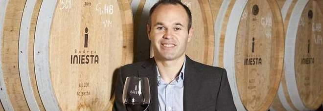 Andres Iniesta nella sua azienda vinicola