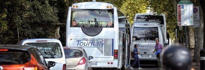 Bus turistici via dal centro storico dal 2019, Raggi esulta dopo la sentenza del Tar