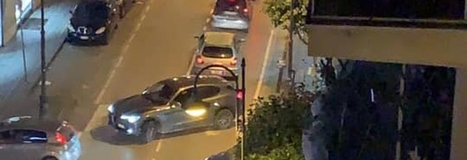 Folla davanti al bar, auto investe due ragazze di 15 e 16 anni