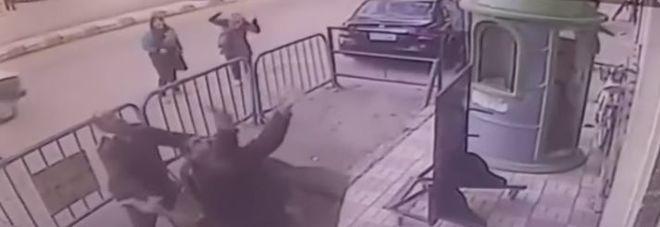 Bimbo cade dal terzo piano di un edificio, poliziotto eroe lo prende al volo Guarda