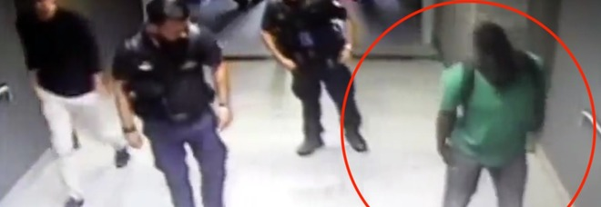 """In stazione con un fucile nei pantaloni: denunciato il """"finto zoppo"""" senegalese"""