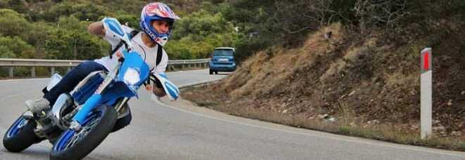 Schianto in moto contro un'auto nella notte, Lorenzo muore a 18 anni