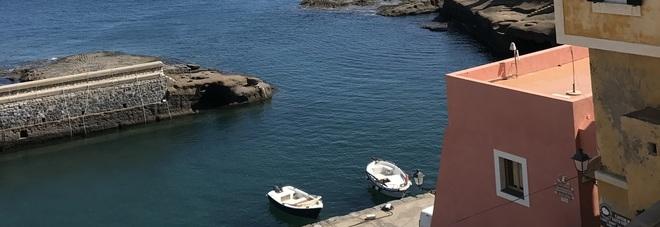Il sogno azzurro di Ventotene, l'isola paradiso per sub e storici