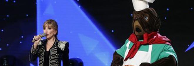 """""""Il Cantante mascherato"""", Francesco Facchinetti: «Il mastino è Stash». Ma lui gli manda un messaggio sul telefono"""