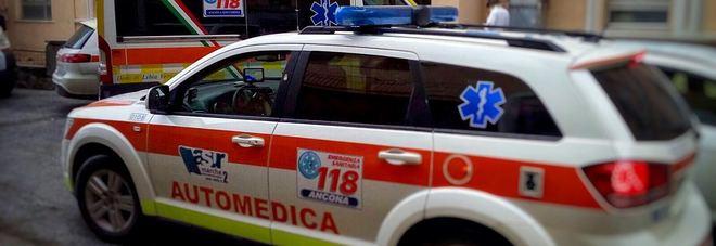 Camminano sul marciapiede e si scontrano: donna portata in ospedale