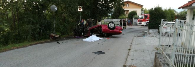 Perde il controllo dell'auto e  cappotta: muore tra le lamiere, ferita la passeggera