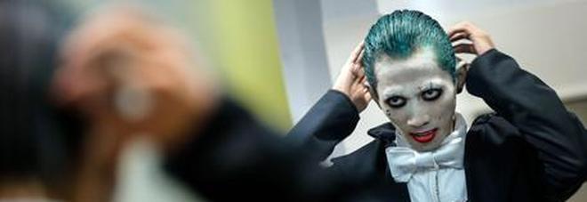 Joker in metro con la pistola finta, panico tra i passeggeri. «Andavo a una festa»