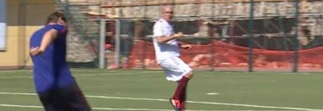 Eurogol di Totti, il tiro di esterno destro si infila nel sette: avversari senza parole Video