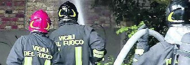 Ex Amman a fuoco l'ombra  del piromane sul rogo del capannone