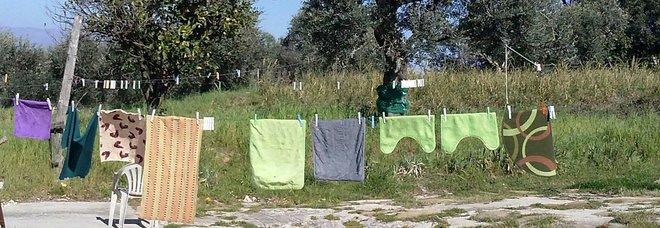Va a stendere i panni in cortile, 58enne muore schiacciata