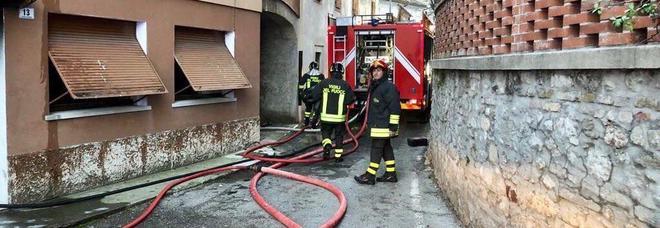 Brucia la casa: bimbo di 5 anni morto, il fratello si getta dalla finestra