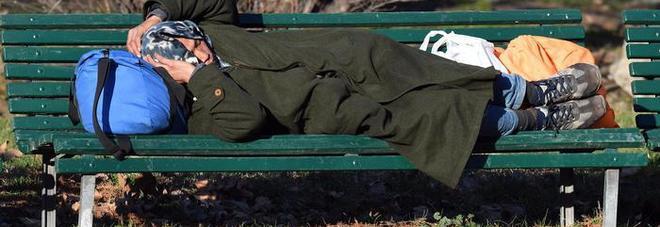 Uomo trovato morto su una panchina: aveva 45 anni, forse un malore. La Questura: «Non era un clochard»