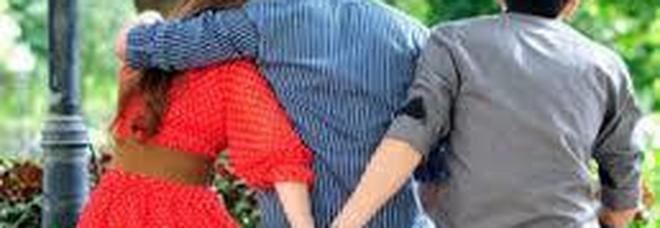 Marito si nasconde sotto il letto: così ha scoperto il tradimento della moglie con l'amante