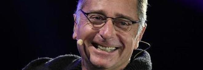 Paolo Bonolis, imbarazzo ad Avanti un altro. Il valletto: «Io guardo l'Eredità». E lui risponde così