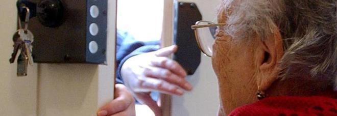 Anziana appassionata di gialli fa fallire il colpo gridando: «Fermi, Polizia»