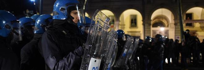 Torino, tensioni al corteo antifascista contro CasaPound. Tre agenti feriti e un fermo