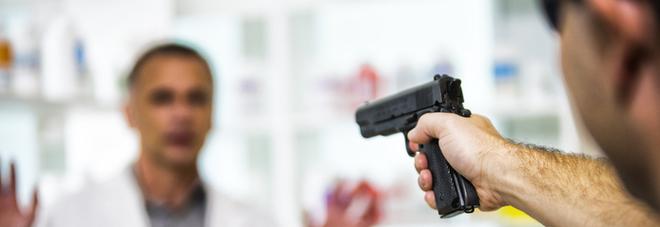 Ladro seriale di farmacie arrestato e rilasciato schernisce gli agenti: «Anche stavolta ho vinto io»