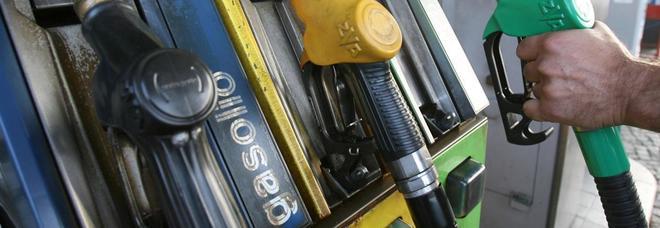 Spread in rialzo dopo la bozza di contratto Lega-M5S. Vola il prezzo della benzina, mai così alto dal 2015. I consumatori: «Nas ai distributori»