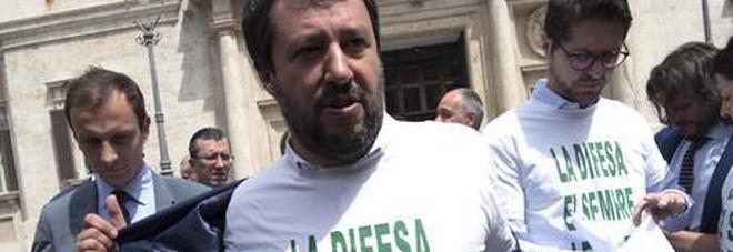 Legittima difesa, Salvini indossa una maglietta per protesta