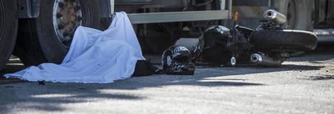 Schianto sull'Appia Nuova, motociclista morto sotto le ruote di un camion