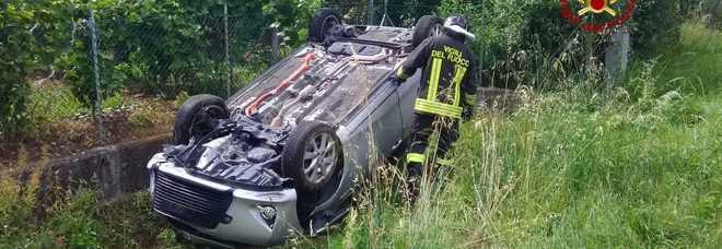 Schianto fra due auto, una finisce nel burrone: un ferito