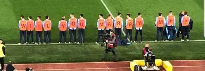 Proposta di matrimonio all'Olimpico durante Lazio-Inter: Will you marry me?