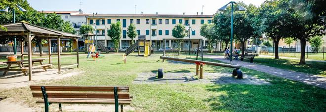 Lite al parco fra ragazzini: 15enne accoltellato. Caccia all'aggressore