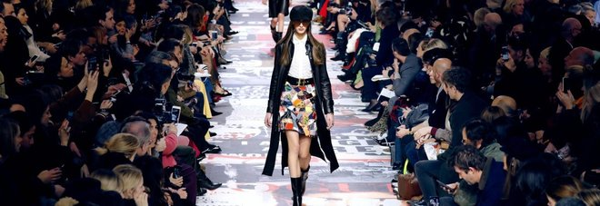 Dior sfila a Parigi in versione anni '60: nella collezione spunta la felpa anti-molestie