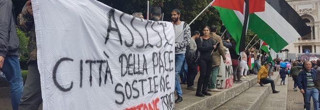 Giro d'Italia, protesta palestinese contro Israele alla partenza di Assisi