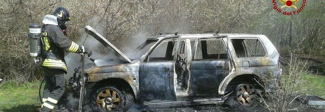 Chiudono la portiera del vecchio Nissan e alle loro spalle scoppia l'incendio /Foto
