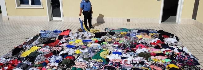 Ambulanti abusivi in spiaggia: preso grossista con centinaia di costumi