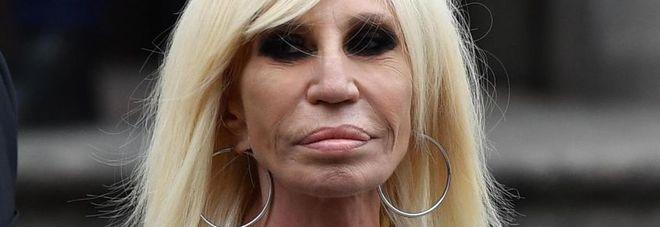 Donatella Versace: «Dalla cocaina mi ha salvato Elton John». Poi spiega perché è ricorsa alla chirurgia