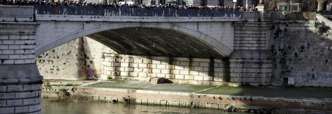 La gente ha assistito al salvataggio della donna che voleva buttarsi da ponte Garibaldi
