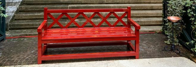 """Montecitorio aderisce al progetto """"panchine rosse"""" e si illumina di arancione per sensibilizzare contro la violenza sulle donne"""