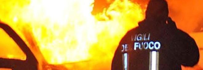 Dorme dentro l'auto, si scatena  l'incendio: muore carbonizzato