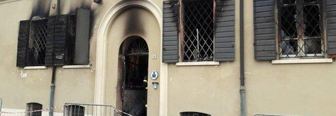 Rogo nella sede dei vigili urbani: due morti e due feriti gravi. Arrestato giovane nordafricano. Salvini: «Tutti a casa»