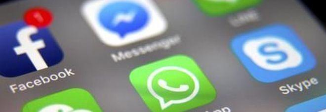 Smartphone, italiani sempre più dipendenti: 5 ore al giorno tra chiamate sms e chat