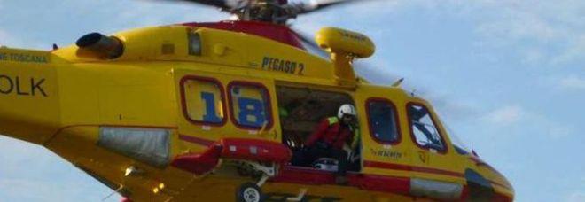 Automobile si schianta su un albero: donna incinta soccorsa dall'eliambulanza