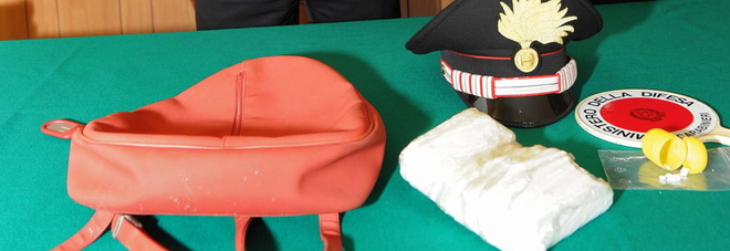 Lo zainetto con la cocaina recuperata dai carabinieri