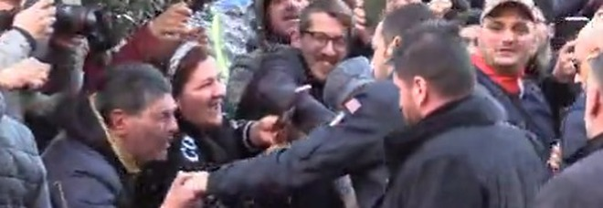 Salvini, il baciamano e la devozione popolare di Napoli