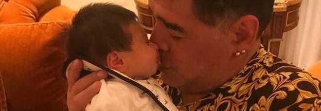 Maradona nonno: abbraccia per la prima volta il nipotino Diego Matias