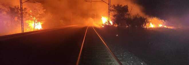 L'Abruzzo brucia: traffico interrotto sulla A14, fiamme sui binari