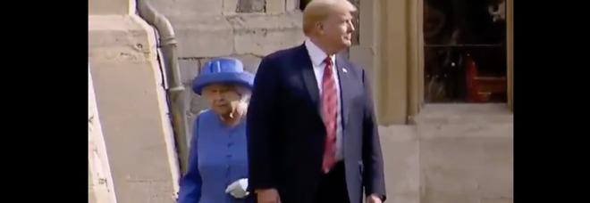 Trump, il gesto scortese che ha fatto infuriare la Regina Elisabetta e gli inglesi durante la visita Reale Video