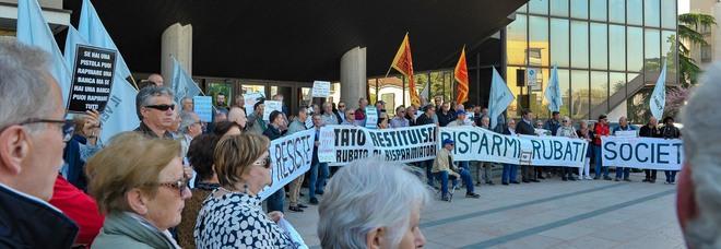 Protesta dei risparmiatori davanti al palazzo di Giustizia di Treviso