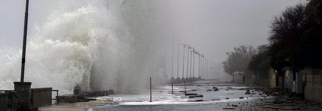 Maltempo, tempesta a Palermo: alberi caduti e tetti divelti. Divelto il pontile a Ginestra. I vigili del fuoco: «È stato un inferno»