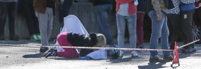 Il dolore della moglie accorta sul luogo dell'incidente costato la vita a Michele Scarponi