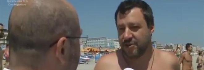 Riparte l'estate a torso nudo di Salvini